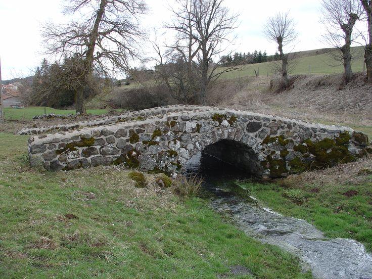 Petit pont de pierre avant d'arrivée à Landos C'est Joli