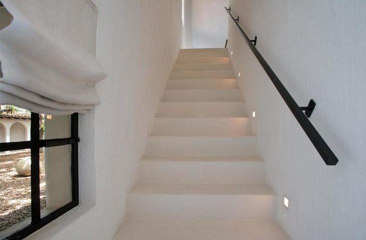 Het huis aan 4452 N Bay Rd met de allures van een grote haciënda werd in Europese stijl ingericht door de bekende ontwerper Axel Vervoordt. Het resultaat is een warm-minimalistisch interieur dat licht en enorm ruim aandoet. Verder biedt de woni...