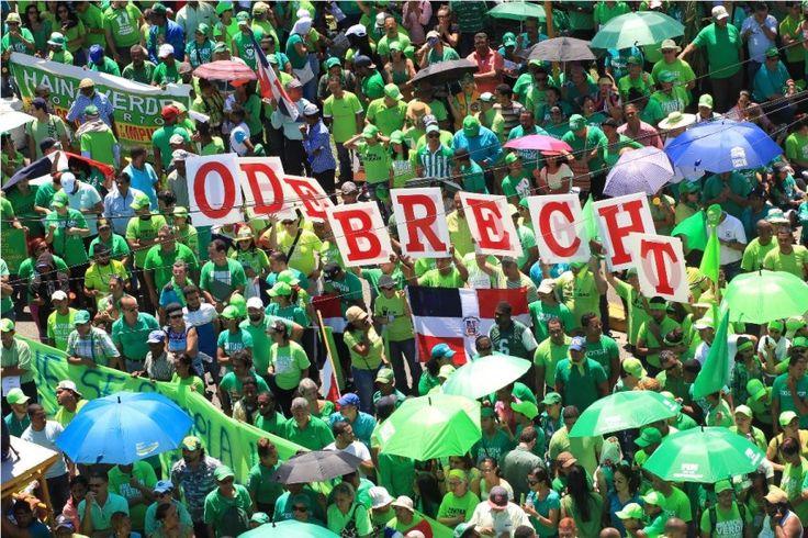 Grupos populares acudieron hoy al MP en defensa del dirigente apresado en Moca
