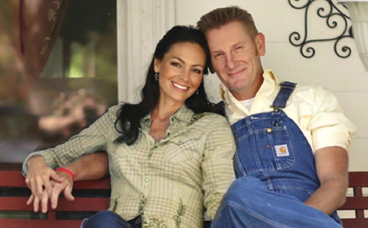 Huge congratulations to Joey and Rory Feek on being awarded the highest civilian Honors by the State of Indiana.     Joey Feek has been courageously battling stage 4 Cervical cancer and serves as an inspiration for us all.   Rory Feek has been right by Joey's side the entire time and has demonstrated what a loving and caring spouse truly is.Bruce Borders and Melanie Wright (Indiana State Representatives) made the presentation for the Governor of Indiana, Mike Pence.  In presenting the…