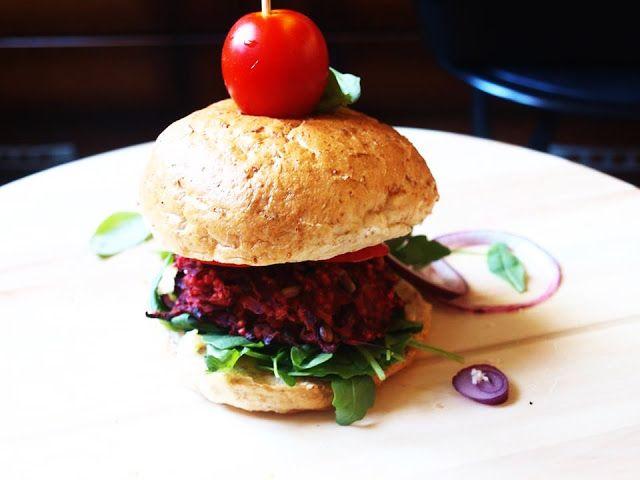 Student też potrafi gotować: Burger z buraków, kaszy jaglanej i prażonego słonecznika