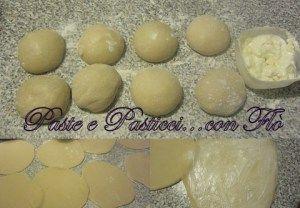 cornetti metodo sfogliettegr.500 farina 0  ml.250 acqua  gr.50 strutto  gr.100 zucchero  gr.10 lievito di birra  gr.10 sale