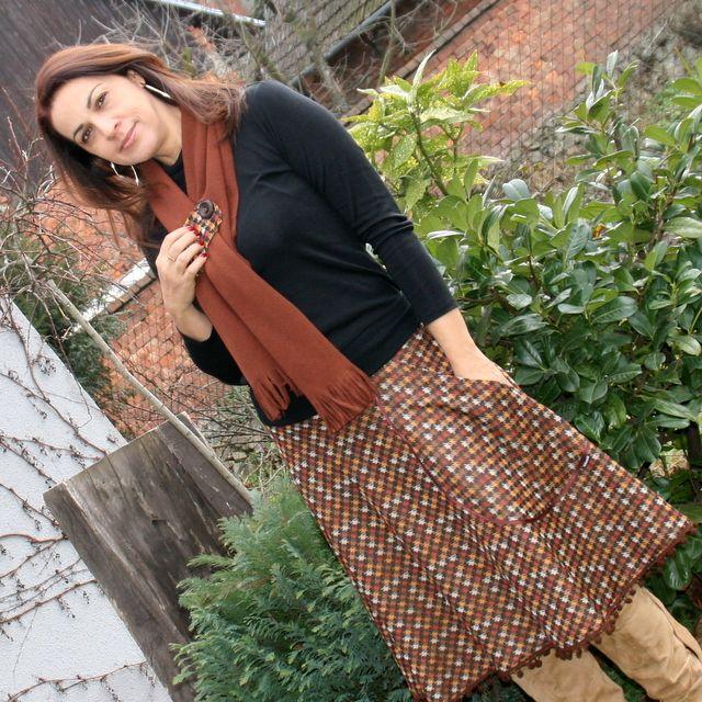 Bambulky ... Sukně na chladné dny je ušita z měkoučkého pevného úpletu. Sukně je půlkolová, takže dělá krásnou postavu díky střihu a splývavosti materiálu. Sukně je vsazena do vyššího 9 cm úpletového sedla, takže krásně sedí na postavě, dá se nosit v pase i jako bokovka. Ozdobou sukně je velká kapsa lemovaná saténovou stuhu a bambulky, kteé tvoří spodní lem ...