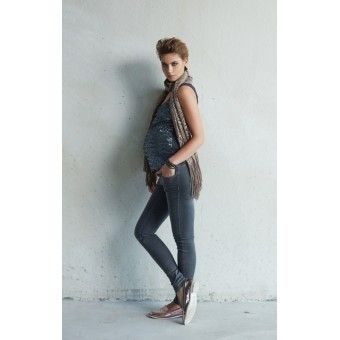 Jeans de maternité gris effet plissé; pour la future maman urbaine. Chez Berceau Maternité, la femme enceinte dénichera de superbes jeans pour sa grossesse. #vêtements #jeans #grossesse #BerceauMaternité