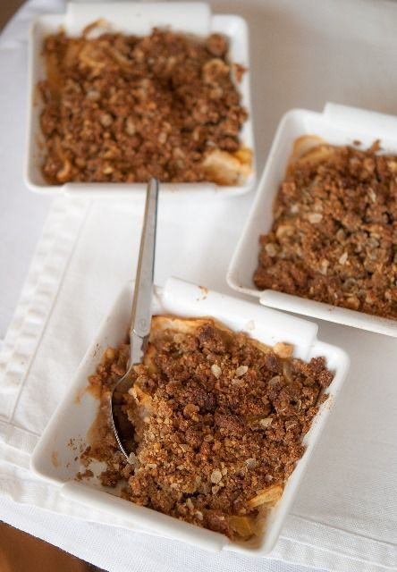 Crumble (sans gluten) pommes-noisette (farine de riz, flocons d'avoine, sucre complet, cannelle, purée de noisettes)