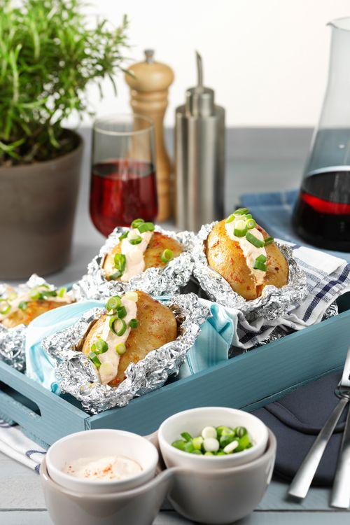 Dit recept voor gepofte aardappels komt van Oil & Vinegar. Ideaal voor bij…