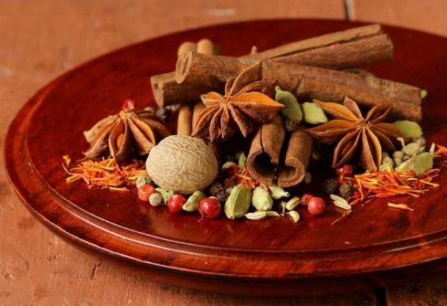 Ha van a kamrában egy zacskó kardamommag, gyakorlatilag az idők végezetéig ízesíthetünk vele basmati rizst, tehetjük mézeskalácsba, vagy készíthetünk belőle isteni indiai szószokat. Ismerjük meg a világ egyik legdrágább fűszernövényét!