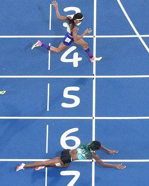 Какой финиш! Багамских островов Shaunae Миллер прыжков, чтобы пересечь финишную черту впереди Эллисон Феликс из США