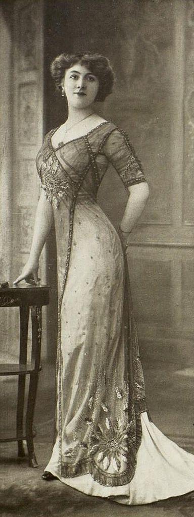 https://flic.kr/p/f9Aswv | robe du soir 1910 | Les Modes (Paris) May 1910 Robe du soir par Redfern Robe du soir, fond en mousseline saumon recouverte d'une tunique de voile gris brodé du même ton.