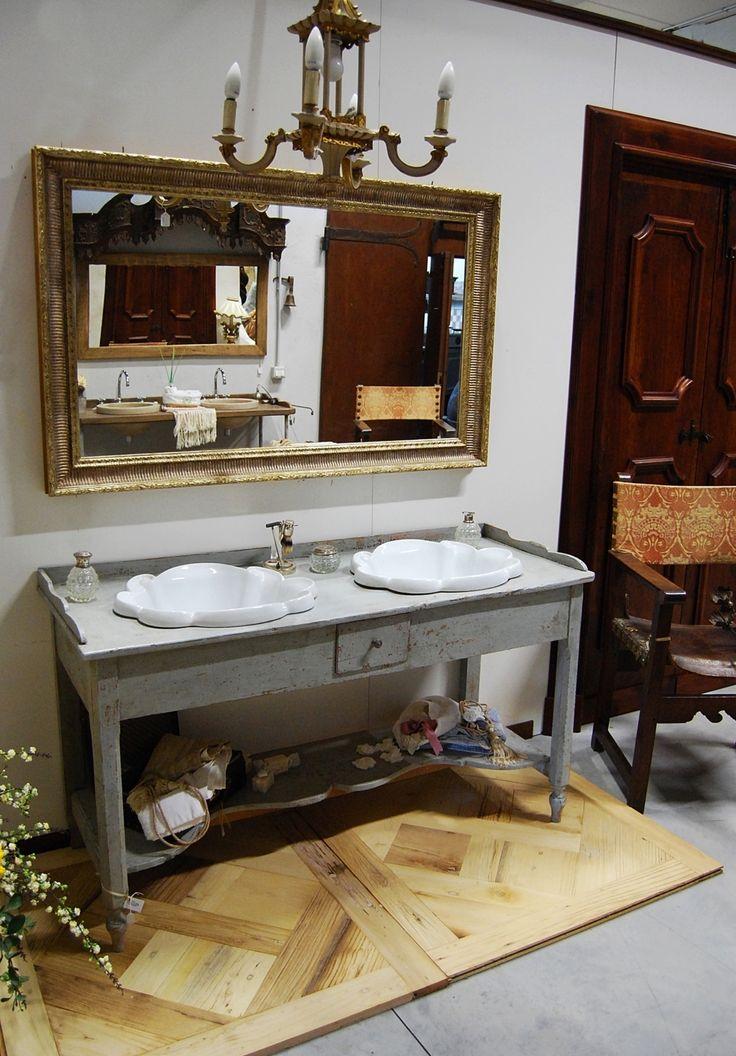Mobile da bagno realizzato con base antica in legno dolce decapato e patinato a regola d'arte. Misura L 145 x p 56 x H 78  Lavabi in ceramica di qualità, stile provenzale. Specchiera intagliata e decorata a mecca.