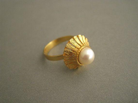 Martti Viikinniemi (FI), vintage 14k gold and pearl ring, 1960s. #finland | finlandjewelry.com