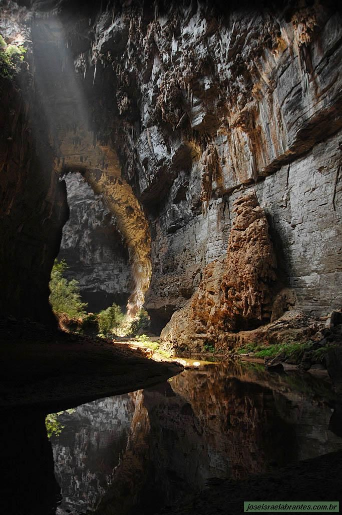 O Parque Nacional Cavernas do Peruaçu  abriga mais de 140 cavernas, mais de 80 sítios arqueológicos e pinturas rupestres, além da tribo indígena dos Xakriabás. Fica  próximo aos municípios de Januária e Itacarambi, em Minas Gerais, Brasil.  Fotografia: José Israel Abrantes.