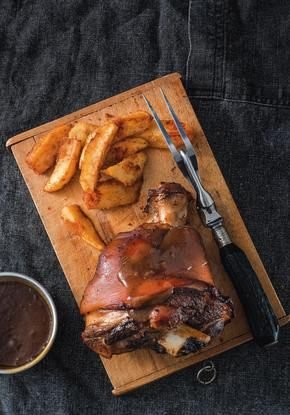 Χοιρινό κότσι με μαύρη μπίρα και χωριάτικες πατάτες