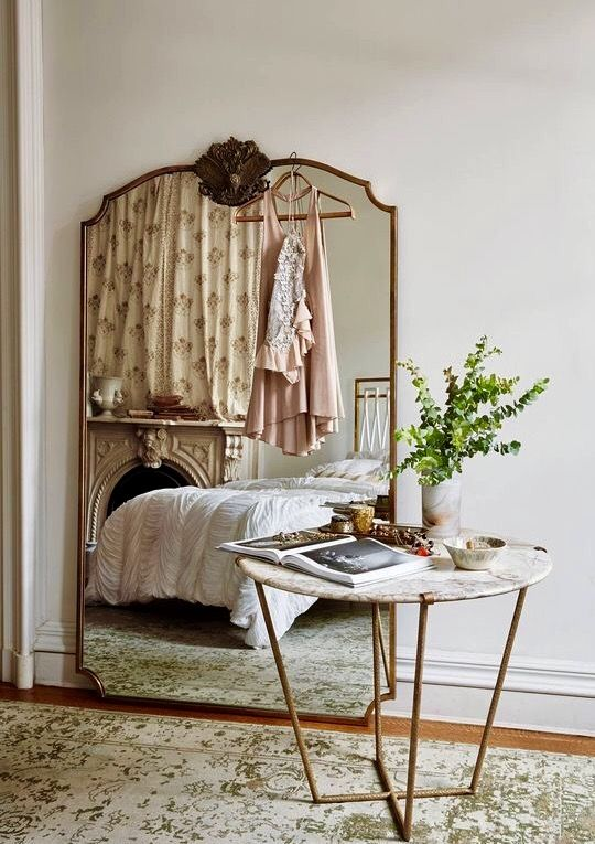 Gorgeous gilded mirror, marble mantel and distressed rug. amazing combination. @Lalaaonapin