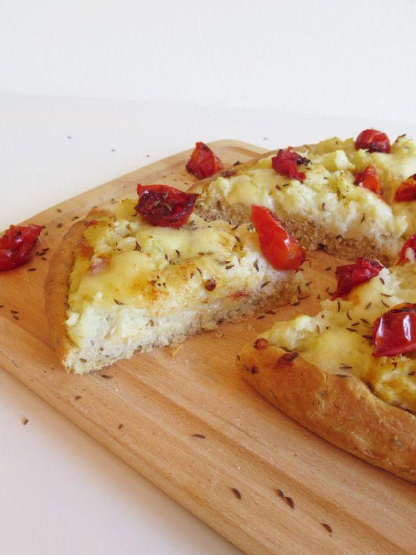 Pizza con cavolfiore e semi di kummel