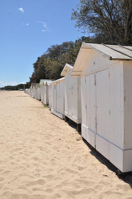 Magnifique plage sur l'Île de Noirmoutier... #Vendée #cabanes #été
