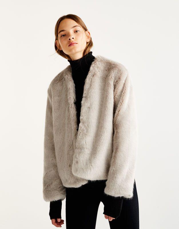 Manteau long sur femme petite