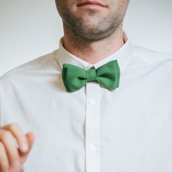 Ce noeud papillon fait à la main est déjà noué, il est donc prêt à porter. Grand cadeau pour petit ami, mari, père, fils sur n'importe quelle occasion-mariage anniversaire, des événements spéciaux ou un usage quotidien.  Toutes les cravates sont soigneusement emballés dans une belle boîte cadeau pour atteindre le client sûr que possible. Les commandes personnalisées sont toujours les bienvenus. Si vous souhaitez d'autres taille, couleur ou ensemble assorti juste m'envoyer vos souhaits…