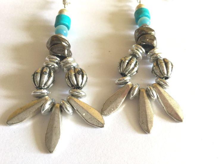 Boucles d'oreille perles argentées et turquoise : Boucles d'oreille par titi-lukoom