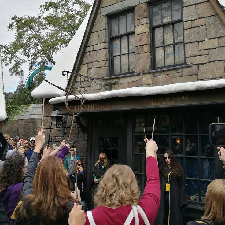 Harry Potter fans have paid tribute to John Hurt by raising their wands outside Ollivander's shop at Universal Studio's wizarding world.