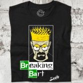 BREAKING BART Camiseta inspirada en don series míticas. Breaking Bad y Los Simpson. Muestra la ya irónica imagen de Heisenberg pero disfrazado de Bart Simpson, haciendo un juego de palabras divertido Breaking Bart (hacerse Bart) Si eres un freaky de las series te encantará.