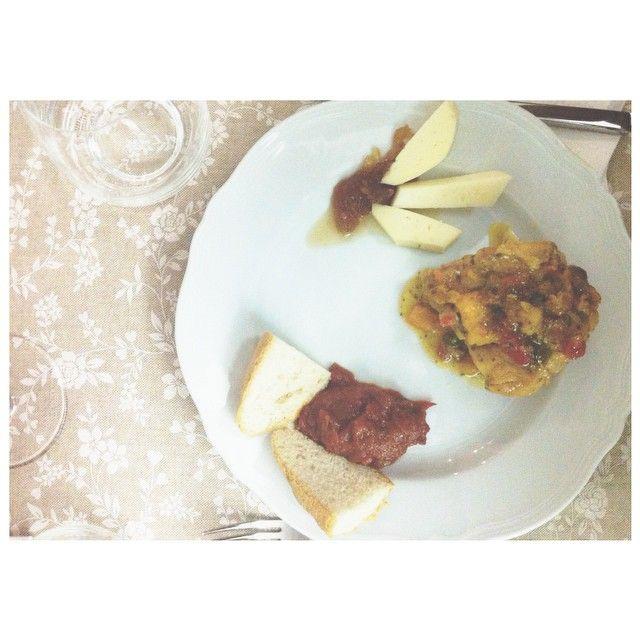 omg this is my plate full of delicious stuff from @enricalazzarini & her grandma: Friggione, Pollo con peperoni, Formaggio + Marmellata di cipolla! Awww luuv it! #apranzoconter #igersbologna #bolognafood - Instagram by bianca_gege