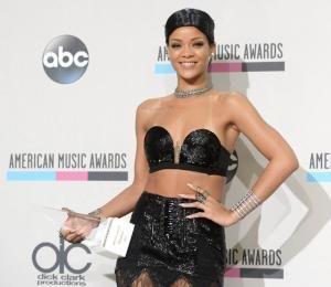 Causa revuelo el peinado de Rihanna en los AMA - Red social para mujeres http://www.guiasdemujer.es/st/mujeremprendedora/Causa-revuelo-el-peinado-de-Rihanna-en-los-AMA-2108