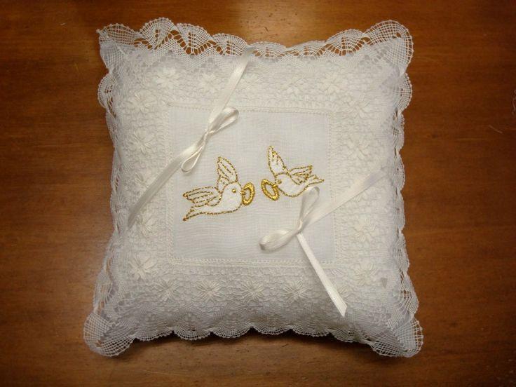Cojín porta alianzas de encaje de Camariñas con bordado de palomitas en blanco y dorado