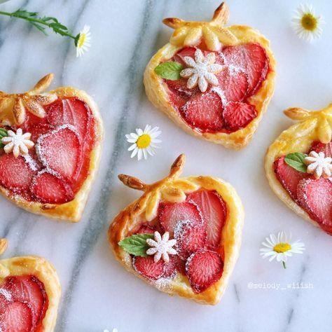〇〇過ぎるパイシリーズ、イチゴ編。 パイのフルーツはどちらかというと一緒に焼きたい派です。