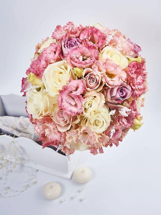 Suntem nespus de bucuroși atunci când cuplurile care aleg să își organizeze cel mai important eveniment alături de noi ne inspiră să transformăm cele mai creative idei într-un concept unic și plin de originalitate. Astfel florile trec într-o altă galaxie și devin o fantezie futuristă plină de culoare ele fiind elementul principal al universului unei eveniment inedit. #decoratiuni nunta