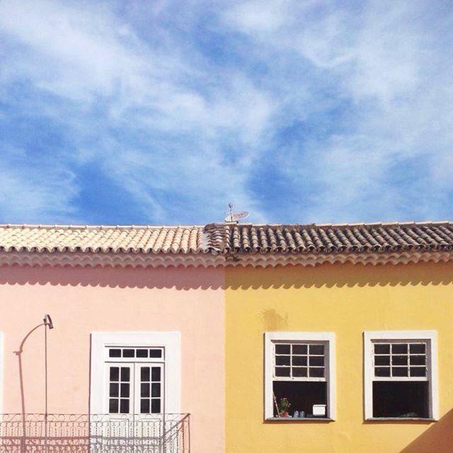 Minimal windows in Salvador de Bahia Shoot by @laciudadalinsta #instagrambrasil #instagram #instagrammers #sky #communityfirst #primerolacomunidad #facade #fachada #architecture #arquitectura #ventanas #minimal #minimalistic