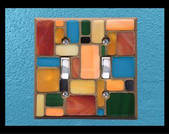 Type: Simple commutateur plaque Standard (vis fournies).  Style: «Pastiche»  Couleurs: Mesa  Plaque de base: en acier inoxydable  Dimensions (visage): 2.5 x4.25 »  Finition: Mat acrylique cannelle  Donner votre interrupteur de lumière, une petite étincelle avec une plaque d'interrupteur mosaïque vitrail.  Options personnalisées: Besoin d'un schéma de couleurs différentes? Pourquoi ne pas, laissez-nous vous faire une plaque d'interrupteur mosaïque personnalisée? Nous contacter via…