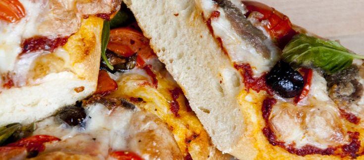 Pizza con mozzarella, pomodoro, acciughe, olive e basilico