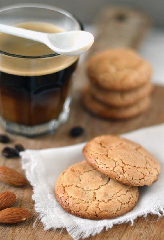 Bitterkoekjes! Een heerlijk koekje voor bij de koffie of thee welke je ook nog eens heel goed zelf kunt maken. Bekijk het lekkerste recept voor bitterkoekjes snel!