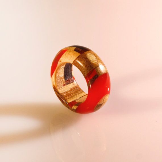 He encontrado este interesante anuncio de Etsy en https://www.etsy.com/es/listing/258121728/wooden-ring-and-resin-handmade-craft