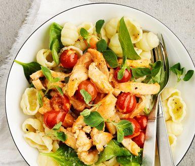 En mör oreganokyckling med tomat står för smakerna i detta recept. Kycklingen bryns gyllenbrun och fin innan den krämiga grädden och smaker som vitlök, oregano och citronsaft adderas. Låt koka några minuter för aromens skull. Tillsätt spenat och lite mer citron mot slutet, avnjut med nykokt pasta.