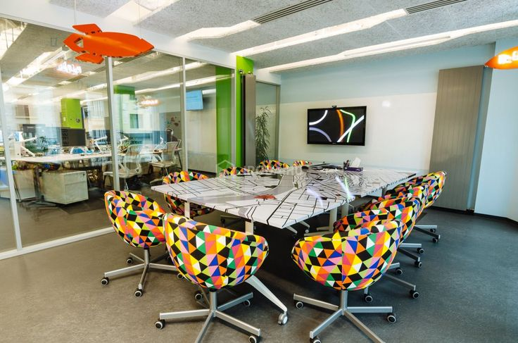 2014 nyarán költöztünk a budapesti Astorián álló K6 irodaházba. Hisszük, hogy kreatív, több millió mobilfelhasználó életére hatással lévő munkát – amilyen a miénk is – nem lehet keretek között vagy egy mások által kitalált környezetben hatékonyan végezni. Az elsődleges célunk emiatt egy olyan iroda kialakítása volt, amit minden kolléga a sajátjának érez. A felújítás során kihívás volt, hogy alkalmazkodjunk a Skyscanner globális arculatához, valamint a munkánk által megkívánt funkcióknak is…