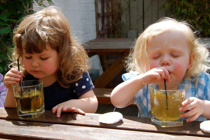 Succhi, centrifughe ed estratti: gustose bevande ideali per la merenda dei bambini che coniugano in mix golosi frutta e verdura: come resistere?