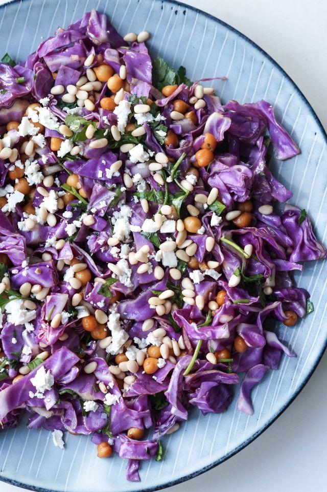 Lilla spidskålssalat med ristede kikærter, feta, persille og pinjekerner. Salaten er overhældt med en simpel olie-citron dressing.