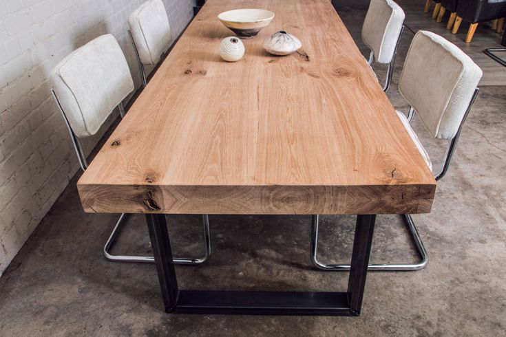 Stoere eiken maatwerk tafels uniek met stalen onderstellen. Geheel op maat te laten maken. RvS onderstellen met massief houten tafelbladen. Eigen werkplaats.