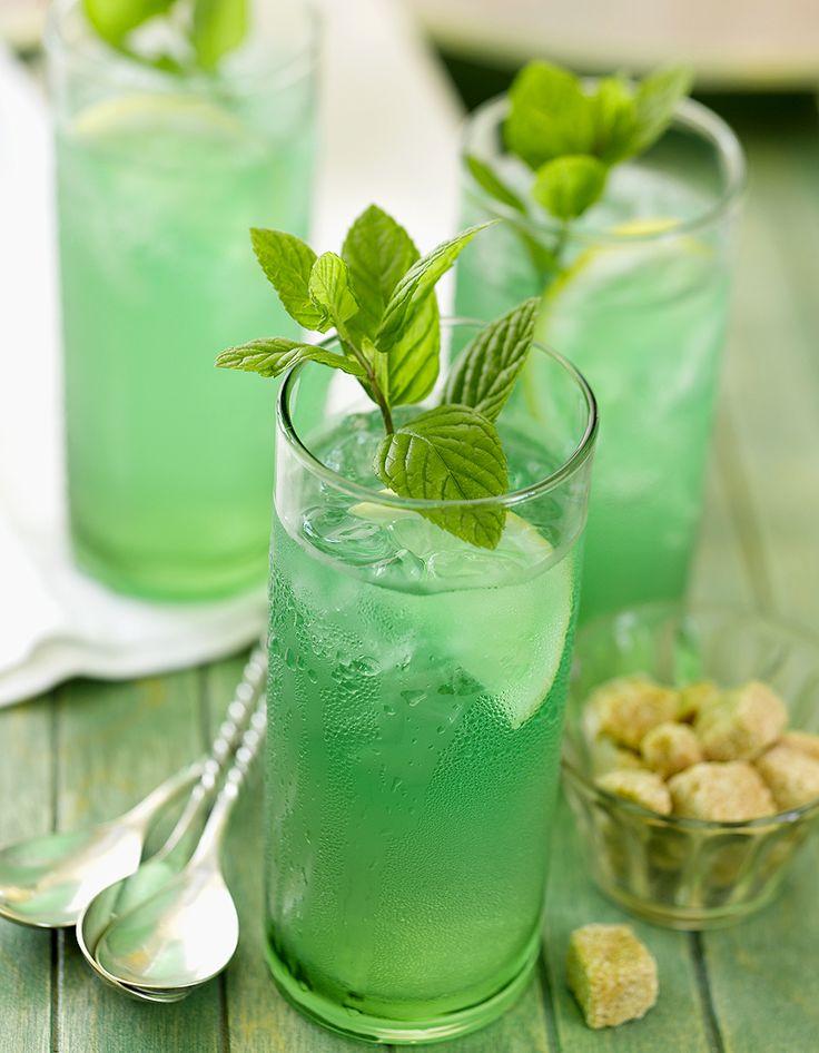 Recette Cocktail au rhum et à la menthe : Dans un verre haut rempli de glace pilée, versez le sirop de menthe, le jus de citron et le rhum. Allongez avec de l...