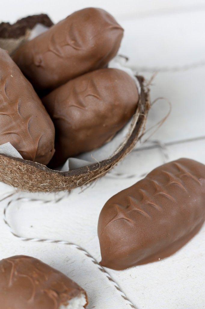 Recettes gourmandises - Recette Bounty - Chocolat - 250 Noix de coco 150 creme fraîche 80 sucre la veille , enrober de 250 chocolat le lendemain.
