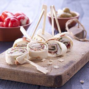 Wrap met rucola, geitenkaas, Jamón Serrano, pijnboompitjes en honing. Bekijk het recept op www.facebook.com/campofriotapas of www.campofriotapas.nl/recepten
