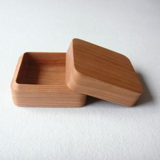 These natural little wooden boxes are so simple and pretty.