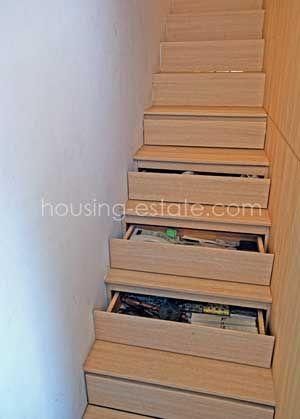 Anak tangga didesain multifungsi sebagai laci penyimpanan