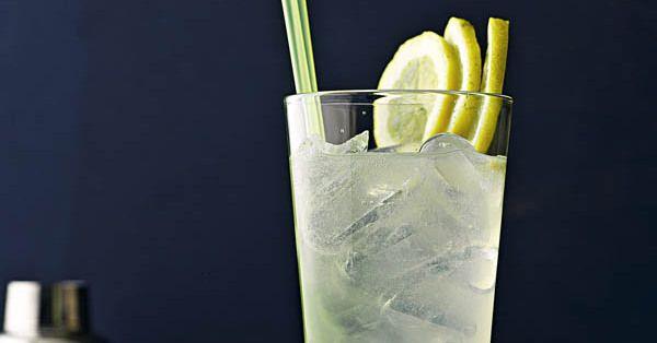 Wir haben ein einfaches und klassisches Gin Fizz-Rezept für die perfekte Cocktail-Party. Sehr beliebt ist er wegen seinem säuerlichen Geschmack.