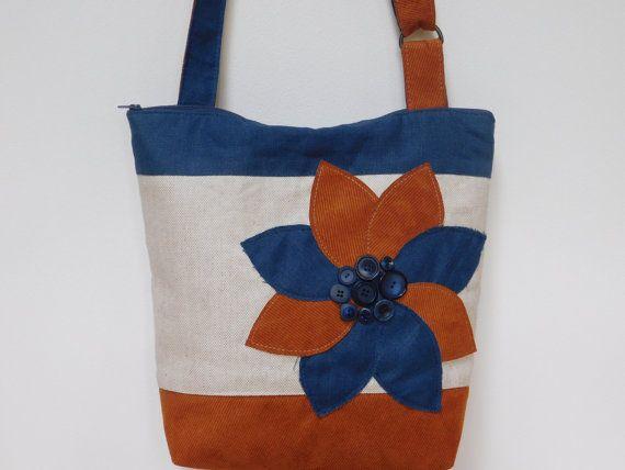 Dit is een een van een soort Crossbody tas met ritssluiting die deze tas zal niet worden gedupliceerd. Ben jij degene die graag iets voor jou, dat niemand anders zal zelf - deze Crossbody tas is gemaakt met u in gedachten hebben. Ik hou van de combinatie van Oranje / Navy blauwe samen. De helderheid van de oranje en de sterkte van de alle geaard samen met de Tan-tarwe blauw gekleurde achtergrond. Trend kleuren van blauw en oranje hebben beide gedemonstreerd in de combinaties van weefsel doek…