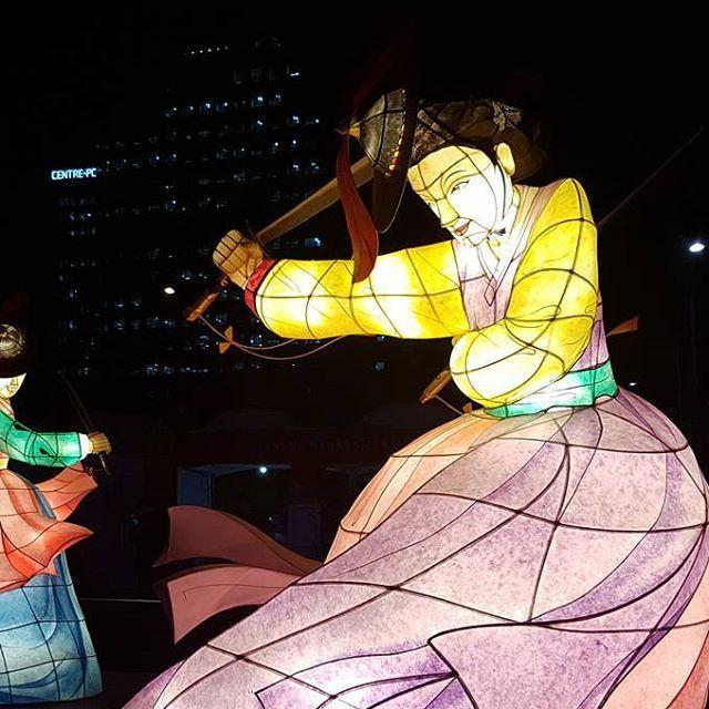 🎎 Festiwal Hanboku w Seulu! Miałam wielkie szczęście, że na niego trafiłam 🎎  #seoul #instatravel #traveltheworld #traveldaily #worldtrip #asia #korea #korean #globetrotter #goabroad #girlswhotravel #streetphotography #holiday #archilover #architecture #traveltheworld #exploretocreate #ourplanetdaily #nomadephotographers #wakacyjnipiraci #wanderlust #wakacje #findyourself #igerskorea #digitalnomad #weliketotravel #hanbok #festival #latern