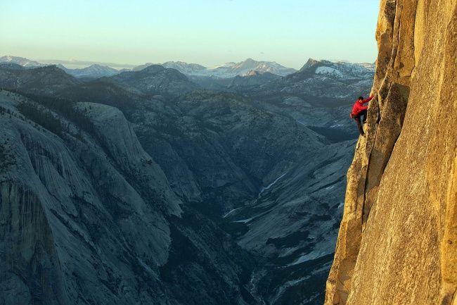 Скалолаз Алекс Хоннольд покоряет гору внациональном парке Йосемити без страховки. США.