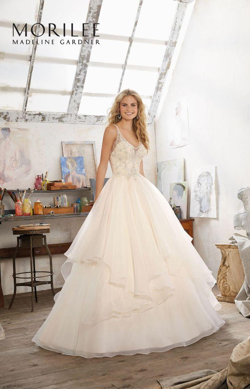 Oszałamiająca, suknia ślubne Mori Lee z błyszczącym gorsetem, dekoltem w kształcie serca i warstwową spódnicą. Niezwykła suknia ślubna, eksponująca ramiona …